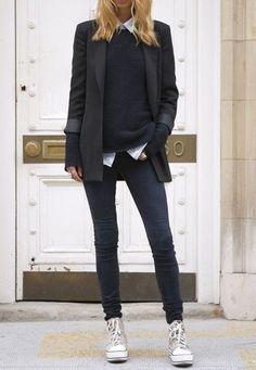 Look de moda: Blazer Negro, Jersey con Cuello Barco Negro, Camisa de Vestir Blanca, Vaqueros Pitillo Gris Oscuro