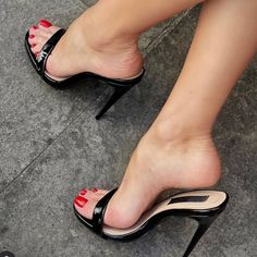 Sexy Legs And Heels, Black High Heels, High Heels Stilettos, Sexy Feet, Stiletto Heels, Ugly Shoes, Beauty Photography, Heeled Mules, Classy