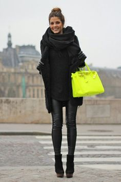 Pulli Rollkragen, Lederhose, Plateauschuhe, Mantel schwarz, Schal schwarz