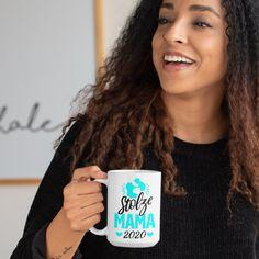 Du bist eine stolze Mama? Dann ist diese Tasse wie für dich gemacht. Für Frauen und Muttis die im Jahr 2020 ihr Baby bekommen haben und stolz darauf sind. Hole dir diese Kaffeetasse als Symbol und Erinnerung an diesen schönen Moment und Augenblick, als dein Kind zur Welt gekommen ist. Auch eine hübsche Geschenkidee für alle Mamas im Freundeskreis, egal ob zum Geburtstag, Frauentag, Muttertag, Weihnachten. Zeig deinen Mitmenschen mit diesen hübschen Teetasse, dass du seit 2020 stolze Mutter bist. T Shirts For Women, Passion, Instagram, Moment, Kind, Proud Mom, Gift Ideas For Women, Women Day, Baby Blue