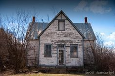 Lécole de rang abandonnée Ste-Clitide-de-Chateauguay, Quebec, Canada via Urbex Abandoned Houses, Old Houses, Zone Rurale, Canada, Architecture, Sweet Home, Around The Worlds, Cabin, House Styles