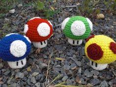 86.    Mario paddenstoel gratis patroon, groen gemaakt voor Sander als sleutelhanger.