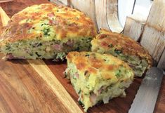 A super quick and easy quiche to prepare that has no pastry layer, instead there is a pastry mix inside the filling which gives the quiche body so that it stands up by itself. Quiche Dish, Easy Quiche, Spinach Quiche, Savoury Slice, Savoury Dishes, Savoury Tarts, Quiche Recipes, Appetizer Recipes, Appetizers