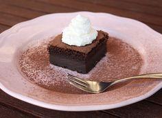 Recept s foto postupom na originálny pudingový koláč. S jedným cestom dosiahnete tri vrstvy. Ja som to riskla s bezlepkovou múkou, s klasickou bude určite vydarenejší. Dessert Recipes, Desserts, Magick, Tiramisu, Food And Drink, Pudding, Ethnic Recipes, Hampers, Tailgate Desserts