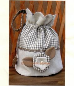 brown & white fabric bag with large flower Bag Quilt, Sewing Crafts, Sewing Projects, Sewing Ideas, Fabric Gift Bags, Mk Handbags, Quilted Bag, Cute Bags, Beautiful Bags