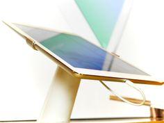 Apple iPad Air on todella kevyt ja ohut. Kerran kun sen ostaa, ei siitä osaa enää luopua :). #Apple #iPad #Air #expertfi #white #aluminium #design