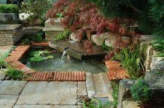 Installer une fontaine dans le jardin // http://www.deco.fr/jardin-jardinage/piscine-bassin-spa/actualite-702761-installer-fontaine-jardin.html