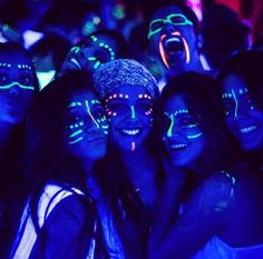 Pintura facial na festa neon Pintura Facial Neon, Maquillage Phosphorescent, Tinta Neon, Neon Face Paint, Body Paint, Rave Face Paint, Glow In Dark Party, Black Light Party Ideas, Glow Stick Party