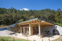 Grand Designs Earthship Te Timatanga - Earth houses for Rent in Hikuai, Waikato, New Zealand Maison Earthship, Earthship Home, Mud House, House Built, Tiny House, Eco Construction, Grand Designs Australia, Rammed Earth, Living Off Grid