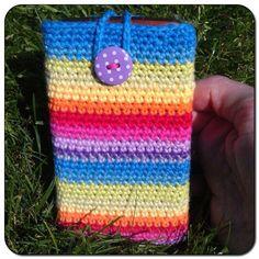 Hæklet mobilcover i regnbuens glade farver