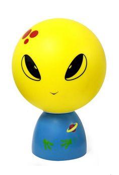 Decoratieve kinderlamp van Folky Dolls , Dit is Mr. Gluk! afkomstig van een verre onbekende planeet! Hij brengt graag een bezoekje aan de Aarde en wil je graag gezelschap houden op je stoere kinderkamer! #kinderlamp #kinderkamer #FolkyDolls