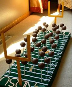 Cake pops on a football field base. Super cute alternative to a traditional foot… Cake pops on a football field base. Super cute alternative to a traditional football-themed party. Football Cake Pops, Football Desserts, Football Party Foods, Football Themes, Football Food, Football Parties, Football Party Decorations, Superbowl Decor, Football Grooms Cake