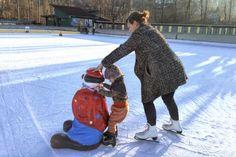 Schlittschuhlaufen mit den Kindern. Unsere kleine Tochter beim Schlittschuhlaufen mit einem Clown und der Mama. Skiing, Daughter, Children, Ski