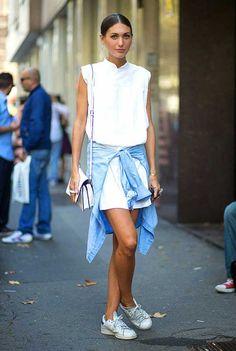 Diletta Bonaiuti usa jaqueta jeans amarrada sobre vestido branco com tênis Adidas Stan Smith