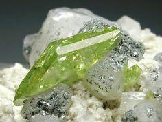 くさび石(Sphene)    Tormiq,Baltistan,N.A.,Pakistan CaTiSiO5 画像の幅約2cm  白い方解石の母岩に美しい若草色のくさび石が付いています。 チタンを含む鉱物のためチタン石(Titanite)とも呼ばれます。