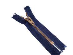 Zíper de metal médio - dourado - Fixo - Jeans  Site: http://nacelleaviamentos.com.br/ziperes/metal-medio/dourado-medio/ziper-fixo-jeans-dourado-detail Tel:(11) 2790-2244