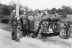 The Lieutenant and a group of non-commissioned officers of the Wehrmacht rest car Opel Olympia (Opel Olympia OL38). In a group of four feldwevebel, including sergeant major companies (3-th from left) and Lieutenant (2nd from left). Two soldiers left are uniforms, company M36 feldwebel-M28, two others-M40. The car registration number is selected that Saarland with the 13.01.1935 became part of the Third Reich.