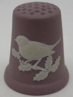 Dedal Christmas 1982. Wedgwood. Blanco sobre lila jasperware. Inglaterra. Thimble-Dedal-Fingerhut. Sewing Tools, Sewing Notions, Sewing Equipment, Button Cards, Little Birdie, Sewing Accessories, Wedgwood, Pin Cushions, Vintage Sewing