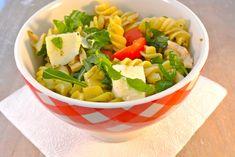 Italiaanse koude pastasalade Avocado Dressing, Mozzarella, Cantaloupe, Potato Salad, Serving Bowls, Bbq, Dinner Recipes, Fruit, Tableware