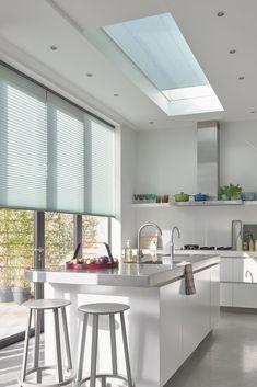 Houd rekening met: Vocht- en vuilbestendigheid 💦Schoonmaken 🧼Privacy & lichtinval 👀 | plissé gordijn | rolgordijn | window blinds | kitchen | pleated blinds | raambekleding keuken openslaande deuren raamdecoratie keuken | witte keuken barkrukken | raambekleding lichtkoepel plat dak keuken | plisse gordijnen keuken wit | groot raam | plisse gordijnen dakkapel | dakraam keuken | luxaflex duette shades | spotjes keuken industrieel | keukeneiland met bar | kookeiland woonkeuken | wit wonen Skylight Blinds, House Blinds, Shades Blinds, Arched Windows, Other Rooms, Room Themes, Design Consultant, Stores, Shutters