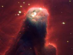 Nebulosa del Cono (Parte de NGC 2264, Sh2-273). Una región H II ubicada en la constelación de Monoceros. La nebulosa es parte de una nebulosa alrededor del Cúmulo Árbol Navideño. La forma cónica proviene de una nebulosa de absorción oscura frente a una débil nebulosa de emisión. Es parte del complejo donde nacen estrellas.