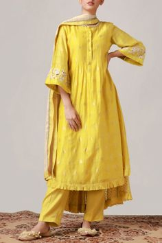 Informations About Buy Chanderi Kurta Set by Myoho at Aza Fashions Pin You can . Simple Pakistani Dresses, Pakistani Fashion Casual, Pakistani Dress Design, Indian Fashion, Pakistani Clothing, Muslim Fashion, Dress Indian Style, Indian Dresses, Indian Outfits