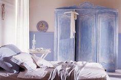Нередко мебель, которая выглядит истрёпанной или старомодной, ещё вполне крепка и надёжна. Практически из любого старого шкафа можно своими руками сделать «изюминку» интерьера: достаточно отреставрировать и украсить его, изменив первоначальный дизайн. Что же для этого надо предпринять? http://www.brass.ru/article/18166/