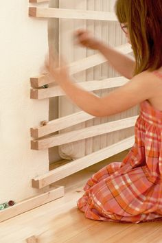 Wand steckbrett gro wandkugelbahn wandgestaltung for Raumgestaltung nach montessori