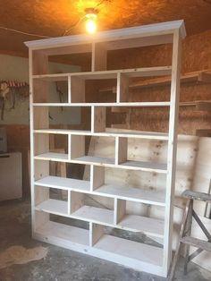 Build a Modern DIY Bookshelf--In 6 Easy Steps with Video! - How to Build a Simple Modern DIY Bookshelf Informationen zu Build a Modern DIY Bookshelf–In 6 Easy - Diy Bookshelf Design, Unique Bookshelves, Bookshelf Ideas, Diy Bookcases, Diy Shelving, Build A Bookshelf, Modern Bookshelf, Building Bookshelves, Homemade Bookshelves