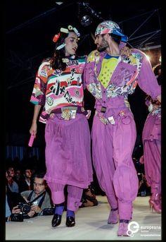 France, Paris, October Fashion show of Kansai Yamamoto spring-summer 1983 women's ready-to-wear collection. Fashion Art, Runway Fashion, Fashion Show, Vintage Fashion, Fashion Design, Kansai Yamamoto, 80s And 90s Fashion, Oriental Fashion, Fashion Videos