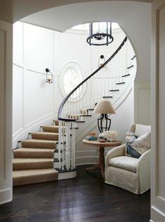 tapis sisal, un fauteuil vintage et joli escalier tournant