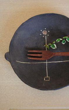高須愛子「鉄錆耳付き花文様平皿」の商品詳細ページです。