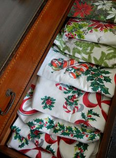 Into Vintage: vintage Christmas tablecloths