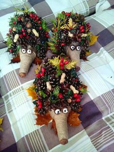 Vzala len rozrezanú plastovú fľašu a pár šišiek: Tento jesenný nápad nestojí nič, ale obdivovať ho bude úplne každý! Pinecone Crafts Kids, Pine Cone Crafts, Autumn Crafts, Pumpkin Crafts, Holiday Crafts, Christmas Crafts, Christmas Decorations, Kids Christmas, Halloween Crafts For Toddlers