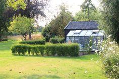 Zowel het speciaal gebouwde botenhuis annex schuur als de kas zijn ontworpen om op te gaan in de tuin, zowel qua materiaalgebruik als de cultuurhistorische kleur. Schuren in dit gebied waren traditioneel zwart geteerd.