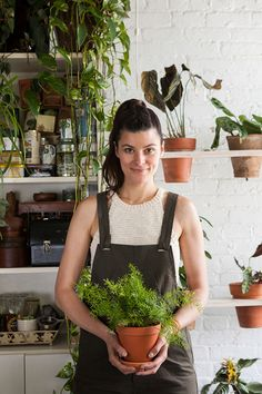 Rayne Oakes ex-model now has a jungle oasis in her Williamsburg apartment with 500 indoor plants garden apartment living walls mason jars Green Apartment, Brooklyn Apartment, Apartment Plants, York Apartment, Apartment Living, Apartamento No Brooklyn, Indoor Garden, Indoor Plants, Williamsburg Apartment