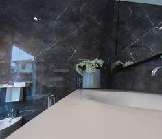 Piano in cristalplant con lavabo integrato. www.stanzedautore.it