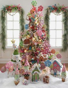 hermosa propuesta , arbol de navidad decorado con tortas en formas de casitas y dulces