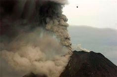 Er is een vulkaan in de Indonesische provincie Noord-Sumatra die meer dan 7.000meter as in de lucht spuwde. Hierdoor hebben meer dan 5.000 mensen hun huis moeten verlaten. Voor het moment zijn er nog geen slachtoffers.