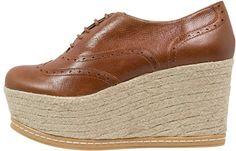 Pin for Later: Diese Schuhe passen am besten zu einer Schlaghose  KMB YAM Brogue Schnürschuh mit Absatz aus Raffia (ursprünglich 130 €, jetzt 52 €)