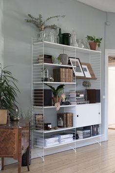 Small Cozy Apartment, String Shelf, Home Interior, Interior Design, Desk Cabinet, Beautiful Living Rooms, Living Room Inspiration, Elle Decor, Shelving