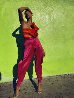 Burnt orange ruffle bandeau the woman's outfit pops against the green wall due to contrasting colors. Fashion Week, Look Fashion, Fashion Design, Fashion Trends, Cheap Fashion, Spring Summer Fashion, Autumn Fashion, Black Women Fashion, Womens Fashion