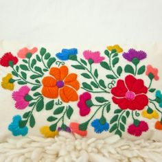 Almohadón Flores Bordado II Embroidery Needles, Crewel Embroidery, Ribbon Embroidery, Cross Stitch Embroidery, Embroidery Patterns, Mexican Embroidery, Contemporary Embroidery, Mexican Designs, Embroidered Flowers