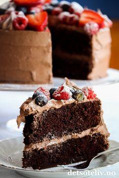 Hei dere! Nå som det har blitt august, begynner jeg for alvor å glede meg til utgivelse av min nye kakebok: Det søte liv - Kaker for enhver smak! Bortsett fra jobbing med register og litt korrektur, er boken fiks ferdig, og sendes til trykken om et par uker. En gang i slutten av september kommer boken ut til bokhandlerne rundt omkring i landet! Denne herlige sjokoladekaken er med i sjokoladekapittelet i boken og er en kake jeg har laget etter tips fra min flinke bokredaktør, Marianne. Frem… Norwegian Food, Norwegian Recipes, No Bake Desserts, No Bake Cake, Nom Nom, Cake Recipes, Sweet Treats, Cheesecake, Food And Drink