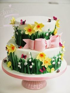 Spring Flowers cake with more ladybugs Pretty Cakes, Beautiful Cakes, Amazing Cakes, Fondant Cakes, Cupcake Cakes, Daffodil Cake, Decors Pate A Sucre, Decoration Patisserie, Garden Cakes
