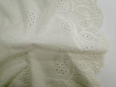 Laise Bico Sabine (Offwhite). Tecido de algodão com bordados vazados e em alto relevo, possui toque agradável, é leve e com cores vivas. Perfeito para looks românticos e delicados.  Sugestão para confeccionar: Vestidos, shorts, saias, entre outros.