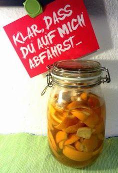 Der simpelste Reiniger der Welt!     Orangenschalen in ein großes Einmachglas geben und mit Haushaltsessig/Tafelessig (5% Säure) aufgießen ...