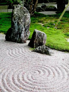 Tsubo-en is a Japanese Zen garden of the karesansui type with a high level of abstraction, that is dry rock garden with topiary plants. This page shows the Ginshanada gravel (sand) area's in the garden and examples of raking etc.