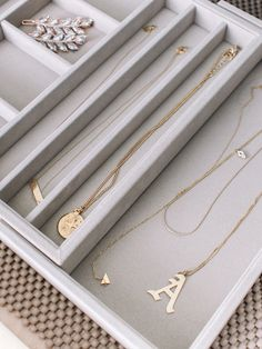 How I Organize My Makeup Drawers (Andee Layne - The Honeybee) Makeup Drawer Organization, Makeup Storage, Jewelry Organization, Bedroom Organization, Organization Ideas, Jewelry Drawer, Jewelry Tray, Jewellery Storage, Tray Styling