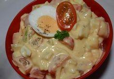 Oloupaná vejce pokrájíme na kostičky a dáme do mísy, přidáme drobně pokrájenou cibuli a okurky, osolíme, opepříme, přidáme majolku a dobře promícháme....